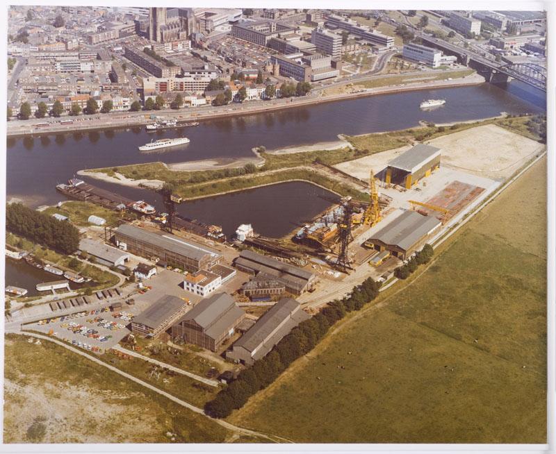 Luchtfoto van de werf van de Arnhemsche Scheepsbouw Maatschappij in 1978. [...]