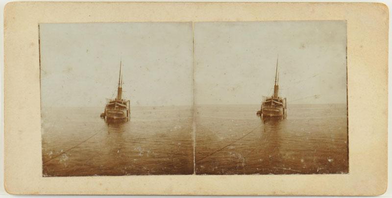 Eén van een serie van drie stereofoto's gemaakt aan boord van het pantserdekschip Hr.Ms. 'Friesland' [...]