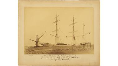Foto's [waarvan twee identiek] van het stalen barkschip Van...