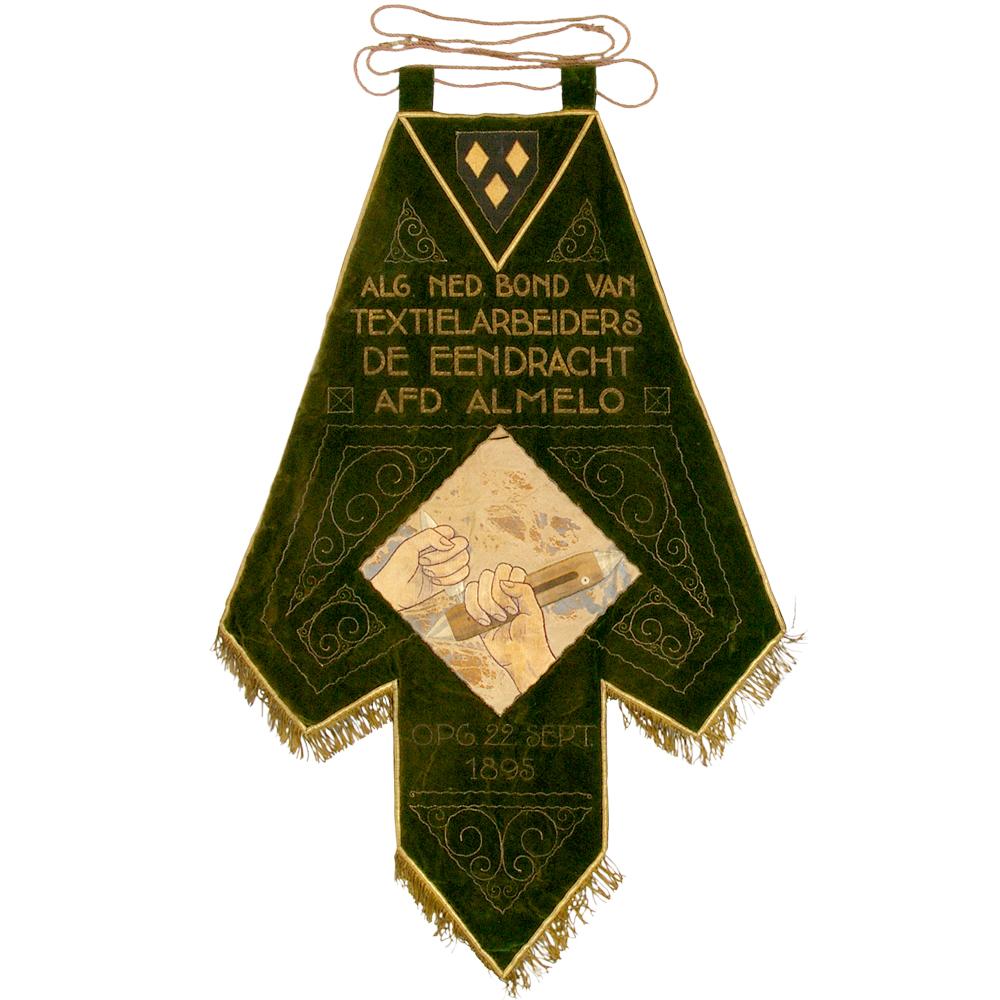 """Vaandel: """"Alg. Ned. Bond van Textielarbeiders De Eendracht afd. Almelo, Opg. 22 sept. 1895"""""""