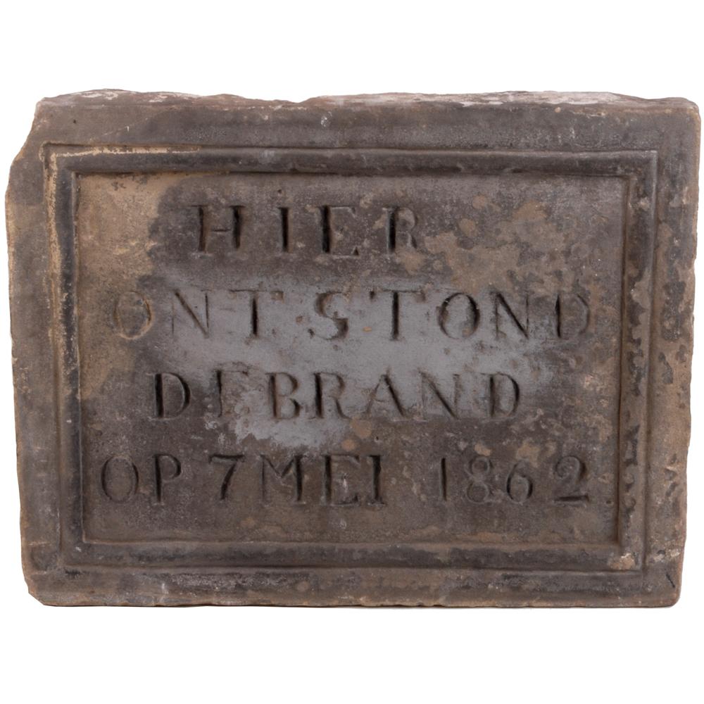 """Gevelsteen: """"Hier ontstond de brand op 7 mei 1862"""""""