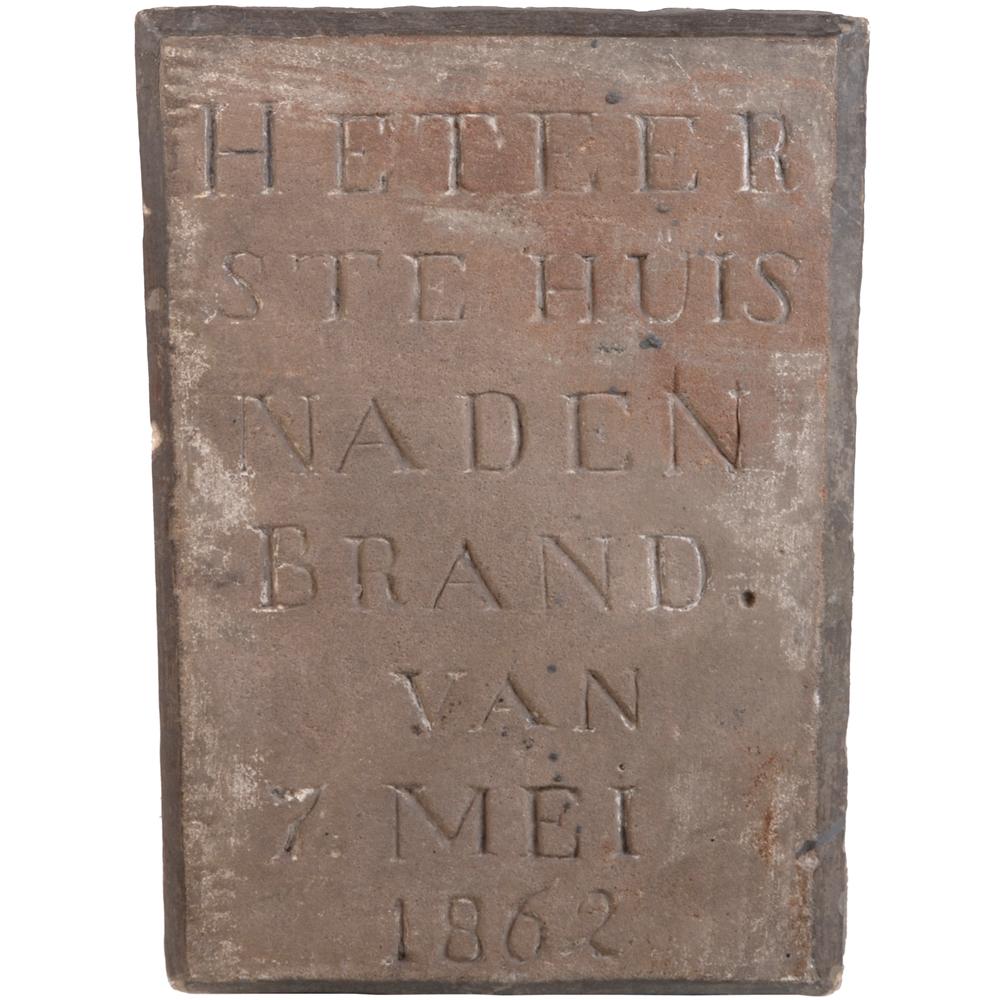 """Gevelsteen: """"Het eerste huis na den brand van 7 mei 1862"""""""