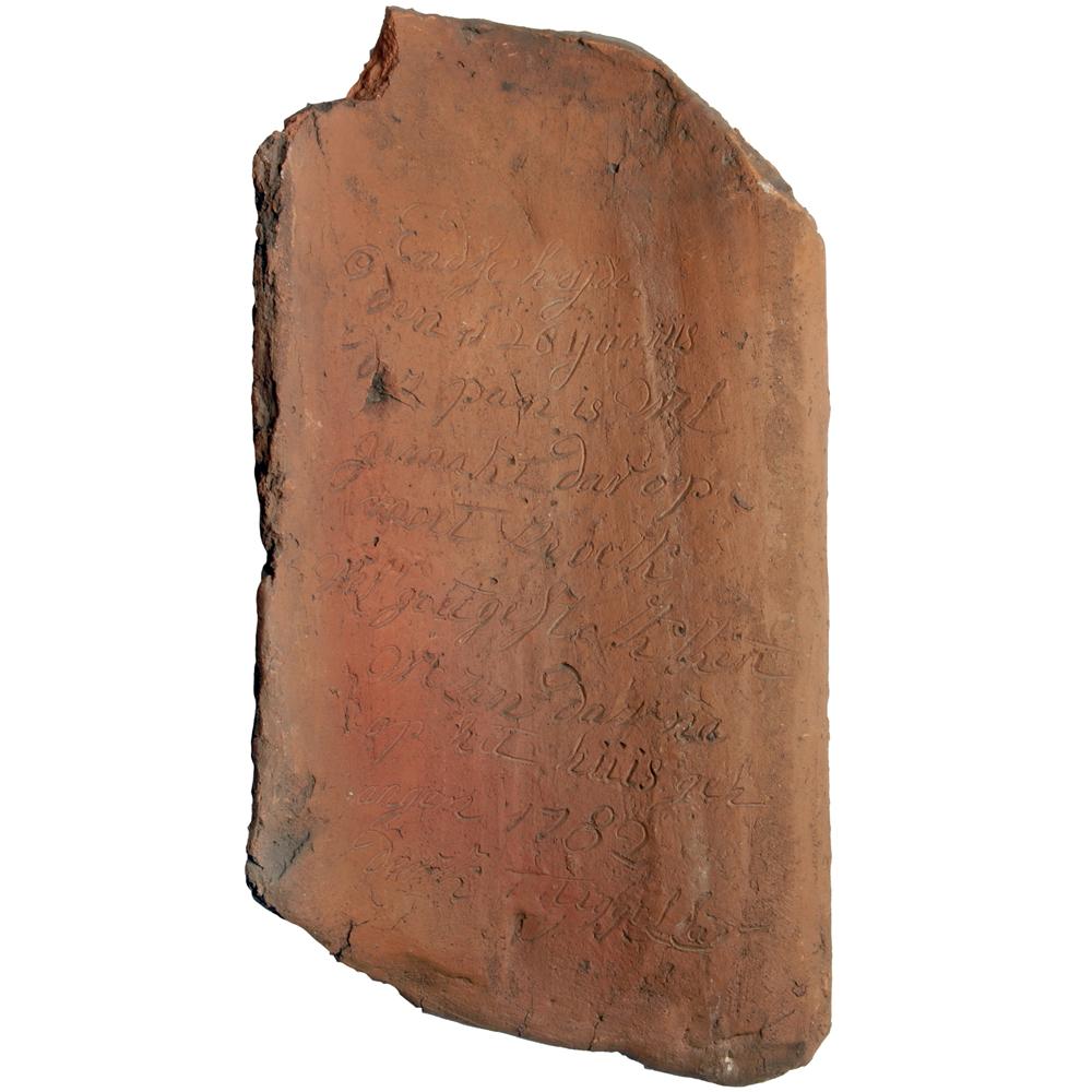 """Dakpan: """"Endscheijde den 26 ijunius deze pan is wel gemakt dar op moet ze oek wel goet gestokkert wezen dair na op het huis gehangen 1782 derk Tiggellar"""""""