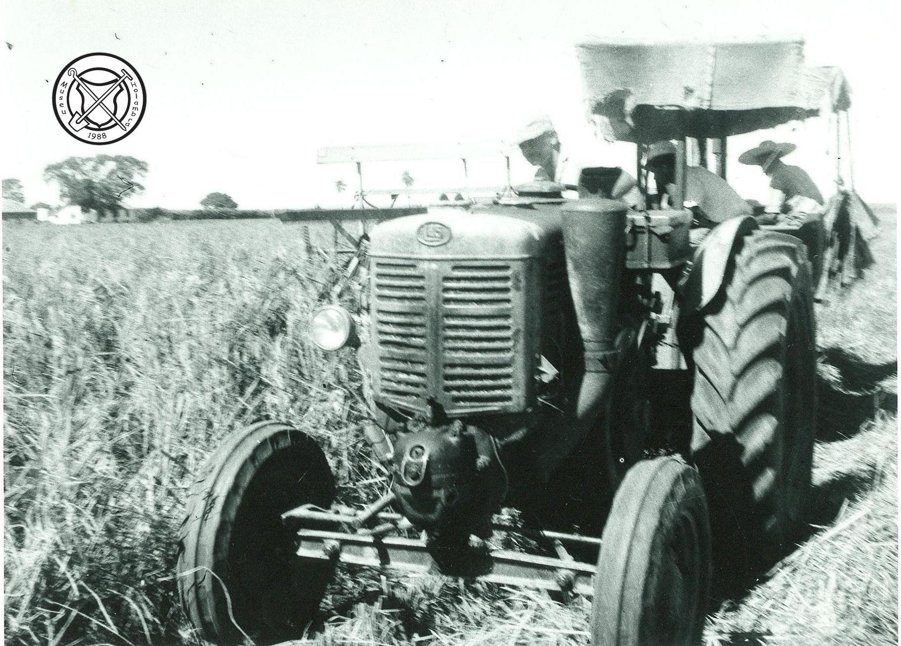 Tractor en rijstoogstmachine