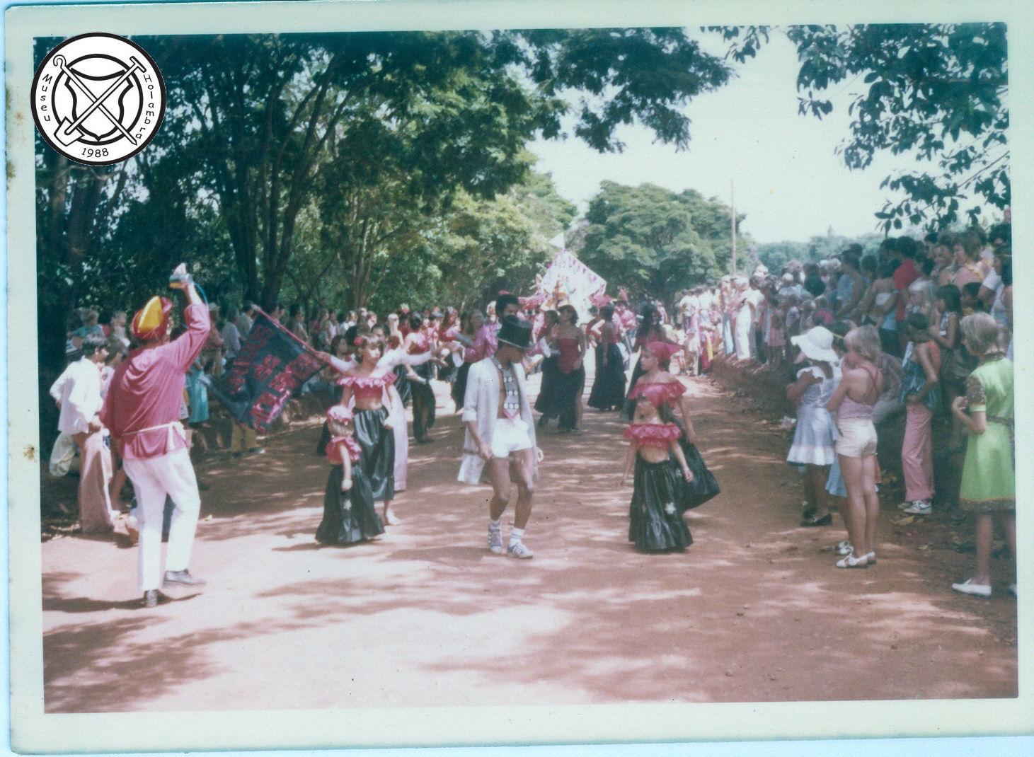 Een zigeunergroep in de carnavalsoptocht