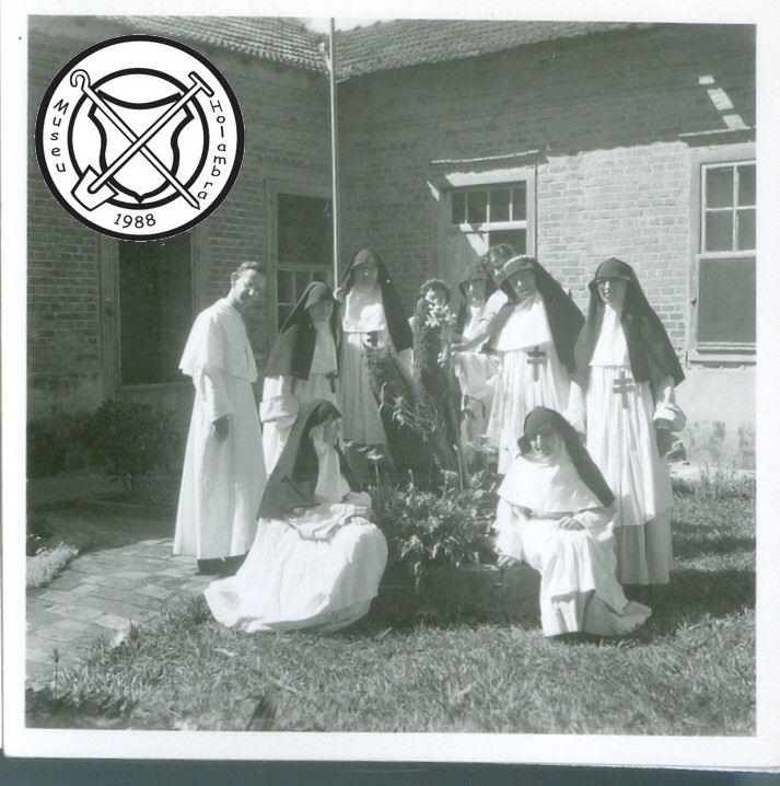 Zusters en pater Sijen op de patio van het fazendahuis