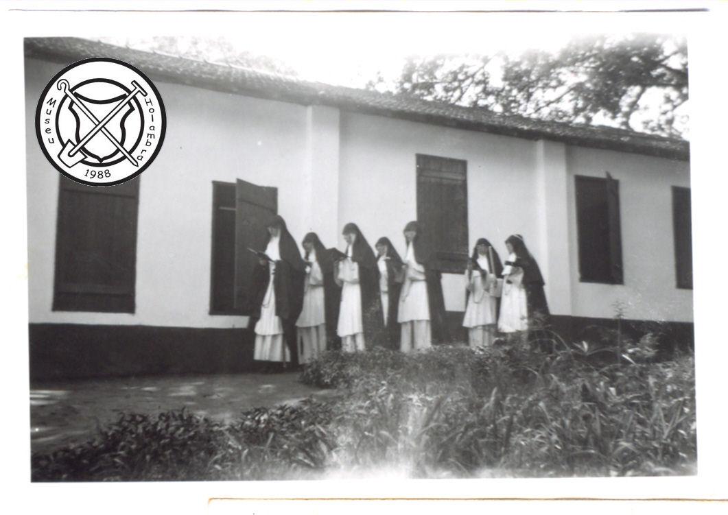 Zusters op weg naar de kapel