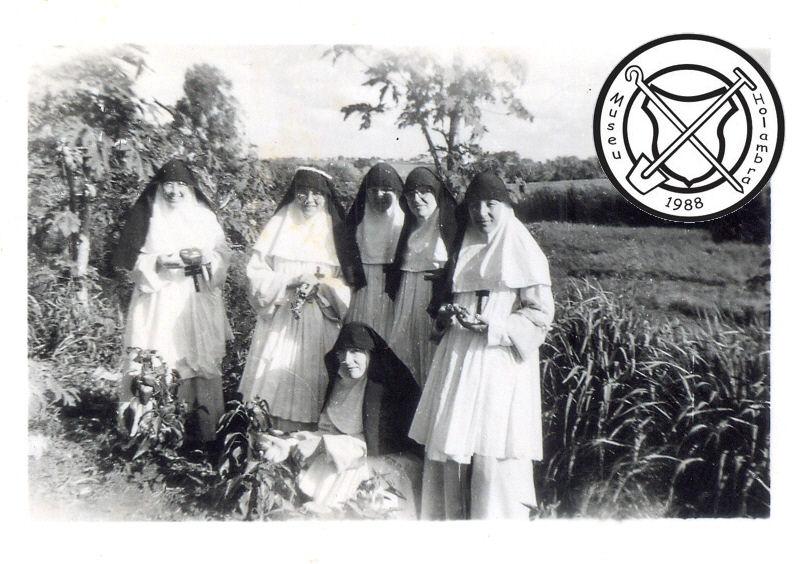 De zusters in de groentetuin van het fazendahuis