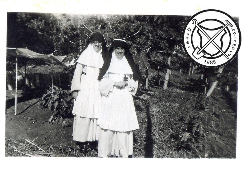Twee zusters in de groentetuin van het fazendahuis