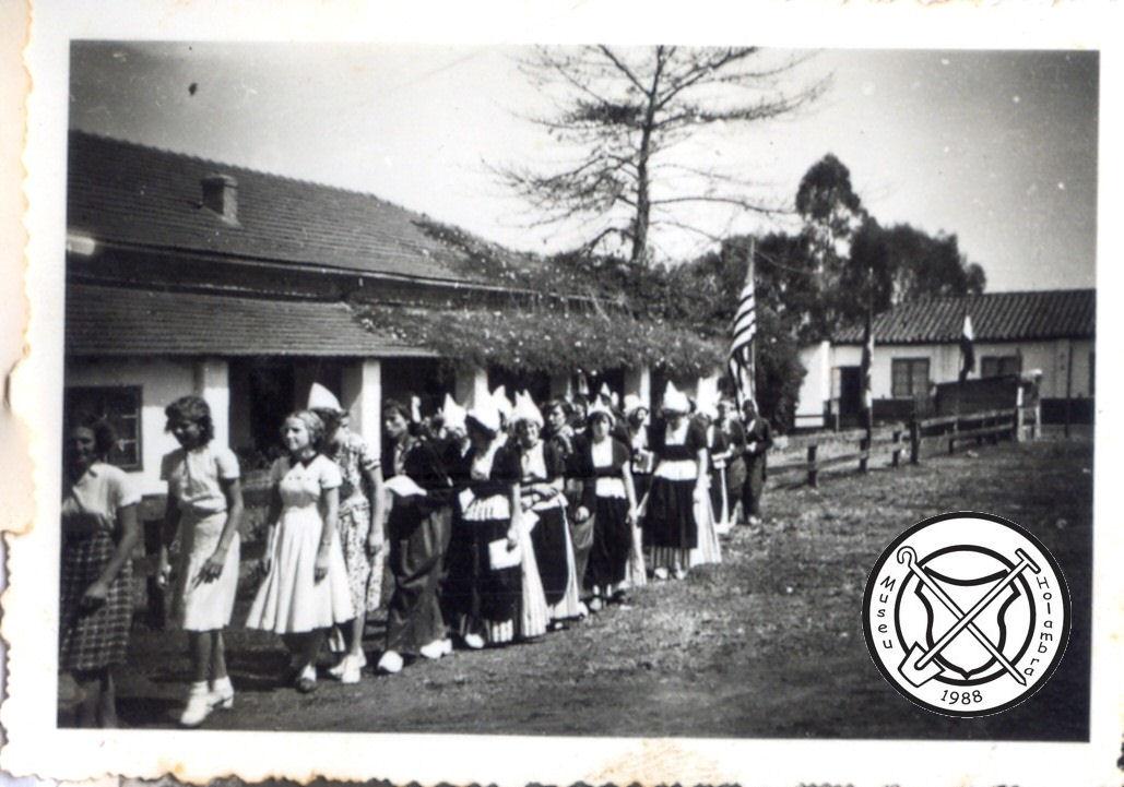 Een volksdansgroep tijdens bezoek van een autoriteit