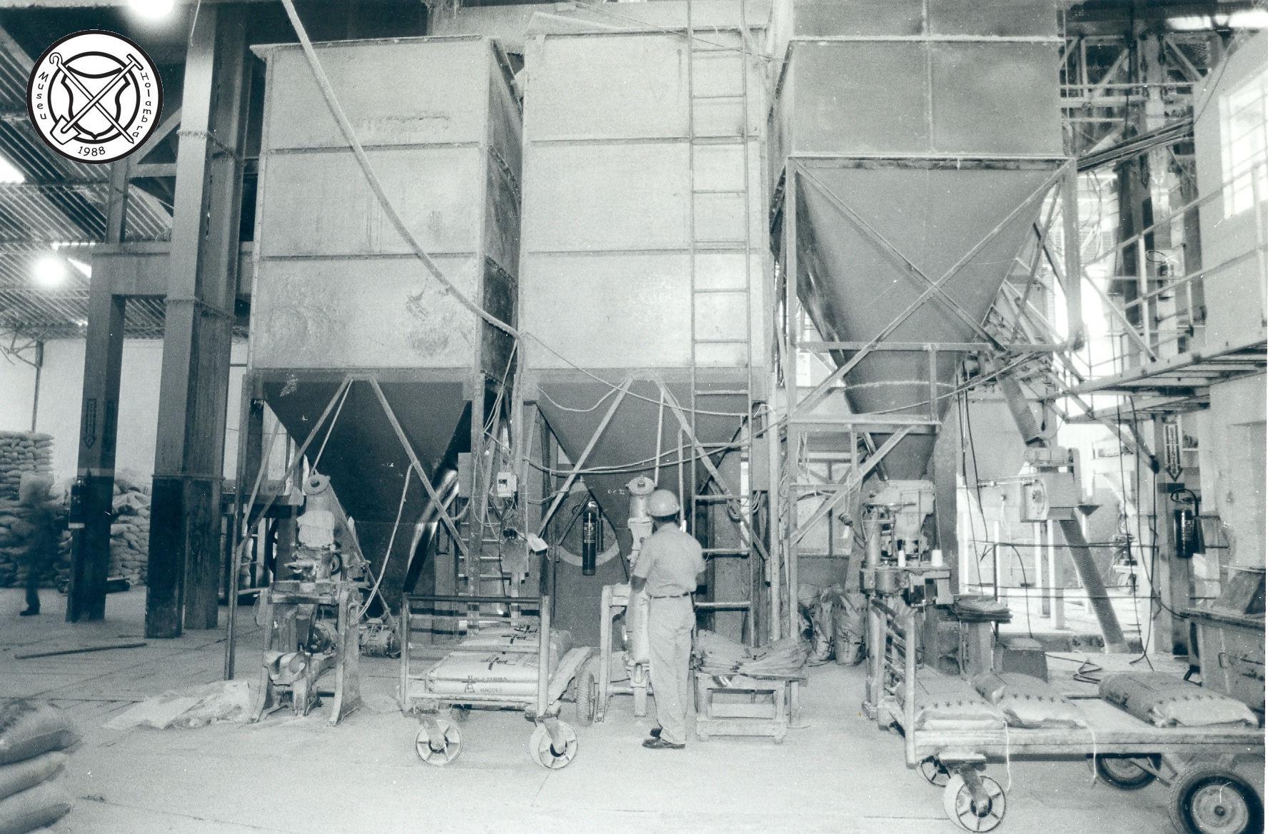 Het in zakken doen van mengvoer in de fabriek