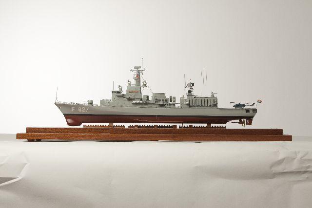 Volmodel van M-fregat 'Karel Doorman'
