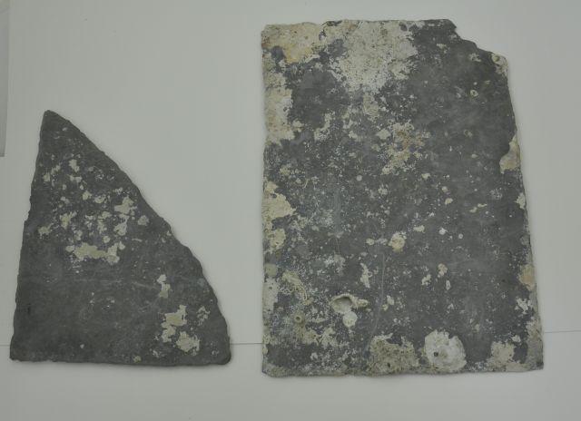 Leisteenfragmenten. Afkomstig uit het VOC-schip 'Geldermalsen', vergaan in 1752.