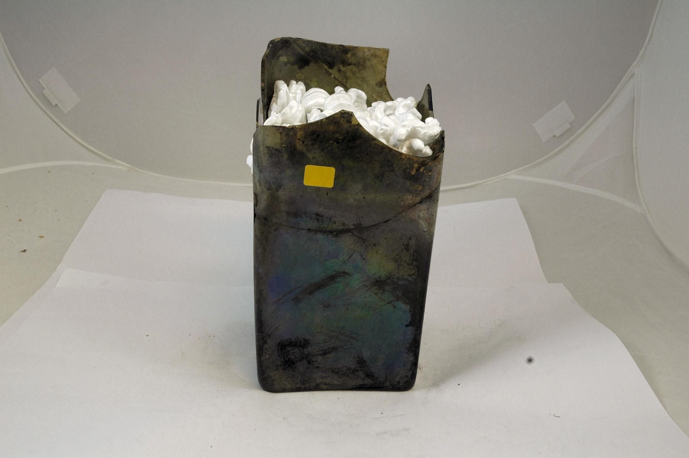 Glas-fragment, groen. De hals van een vierkante fles. Afkomstig uit het VOC-schip 'Geldermalsen', vergaan in 1752.