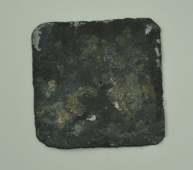 Loden deksel, vermoedelijk binnendeksel van een tabaksdoos. Afkomstig uit het VOC-schip 'Geldermalsen', vergaan in 1752.