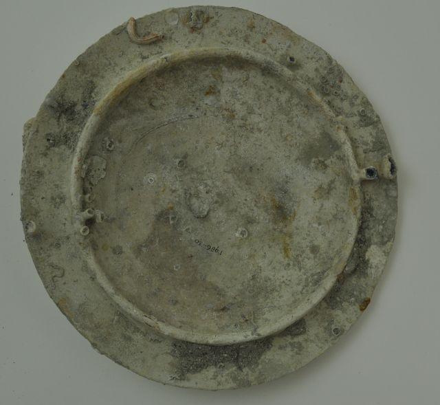 Deksel van een pan of kookpot (?). Afkomstig uit het VOC-schip 'Geldermalsen', vergaan in 1752.